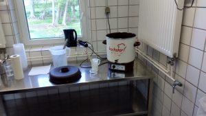Die vorgesäuerte Milch im einfachen Aufwärmbehälter